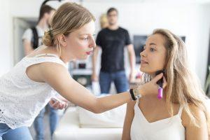 makeup artist aan het werk